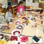 Die Kinder beim Herstellen der Farben