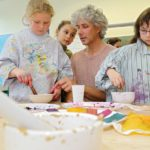 Peter Reichenbach erklärt die Herstellung der Farben