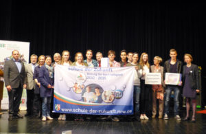 """Der MGS Projektkurs erhält im Juni 2015 die Auszeichnung """"Schule der Zukunft 2. Klasse"""" für das Projekt """"Renaturierung der Schwelme"""" (Foto: NUA NRW)"""