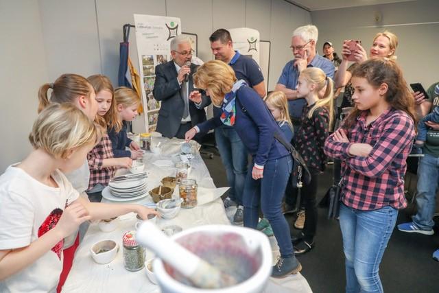 GS Engelbertschule stellt das Projekt Färbergarten vor. Foto: Bernd Henkel