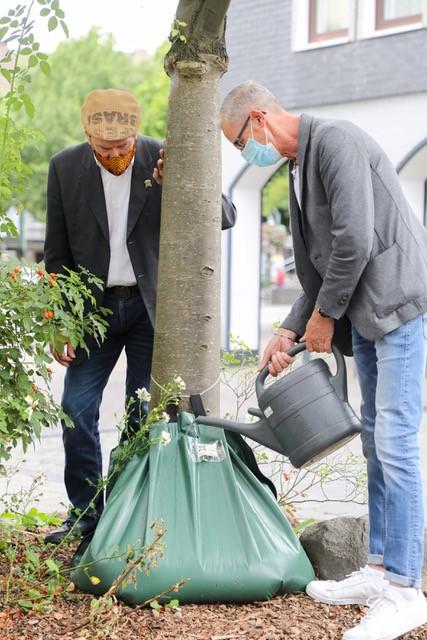 """Gerd Philipp und Jürgen Copf vom """"Salon Haarscharf"""", Wasserpate am Altmarkt Schwelm, Foto: Bernd Henkel 2020"""